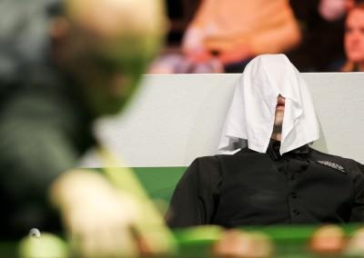 Ronnie O'Sullivan Hides Under Towel