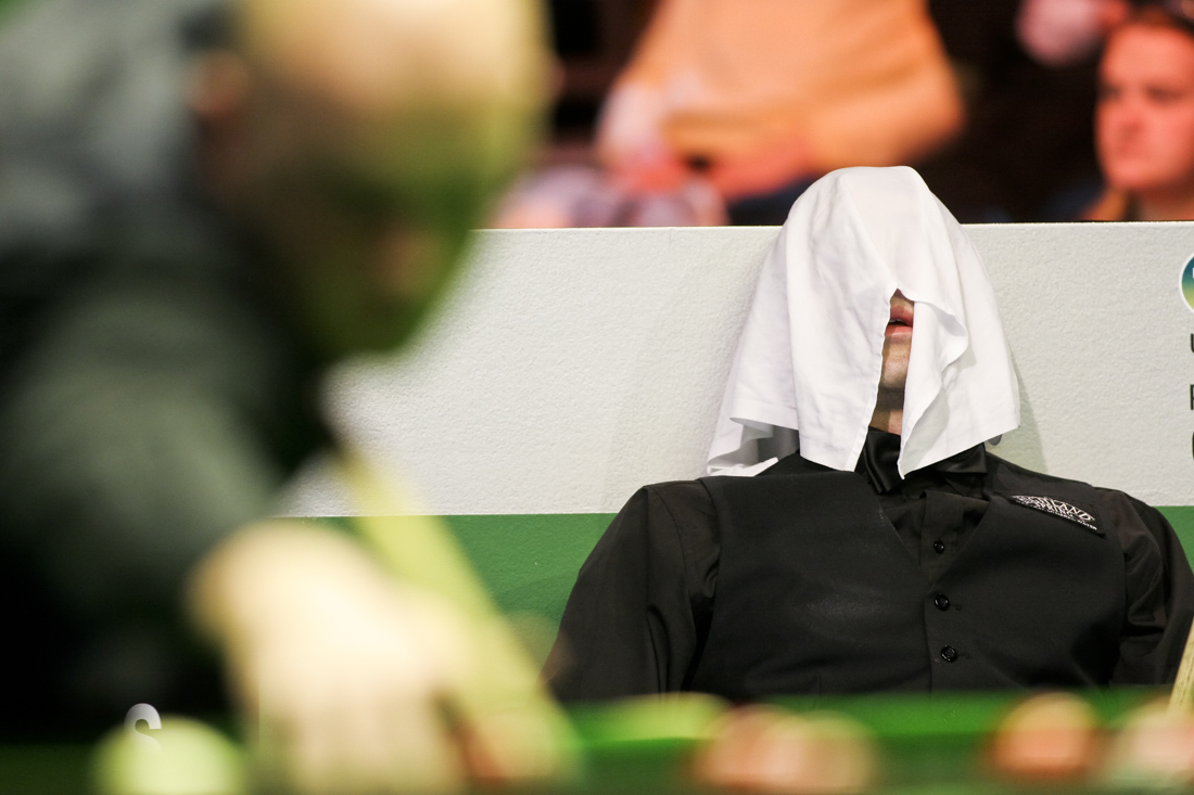Ronnie O'Sullivan sits under a towel during his UK snooker match against Mark King