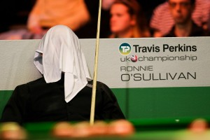 Ronnie O'Sullivan plays snooker under a towel