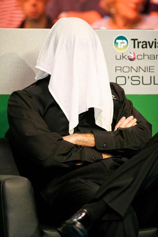 Ronnie behind the veil during the UK Snooker in York
