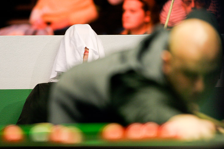Ronnie O'Sullivan sits with a towel over his head during his match against Mark King in the 2005 UK Championship