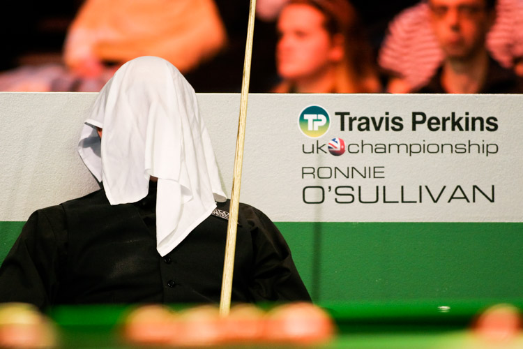 Ronnie O'Sullivan calmly sits under a towel during his match against Mark King